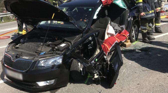 schwerer Verkehrsunfall mit eingeklemmter Person auf B3