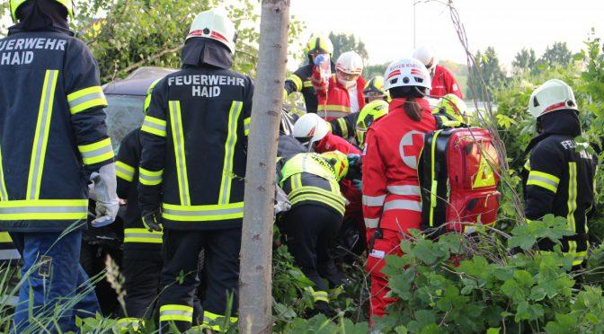 Spektakulärer Verkehrsunfall – Lenker durch Feuerwehren befreit!